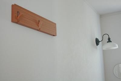 無印の3連ハンガー。 壁に付けられるシリーズ、好きです^^