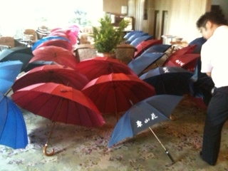 雨続き、大量の傘たち。