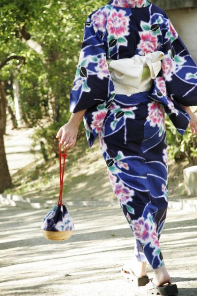 日本の夏を快適に過ごす浴衣