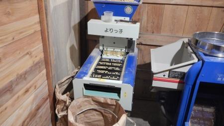 大豆の選粒作業 (1)