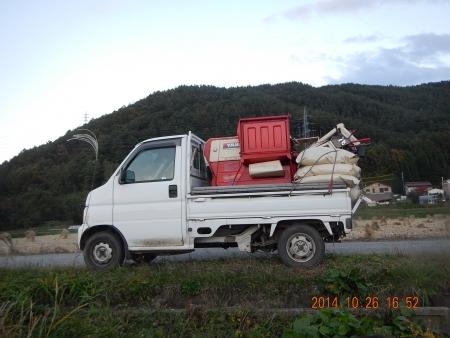 稲の脱穀作業 (1)