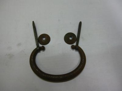 古い手打ちの鉄製の箪笥の金具