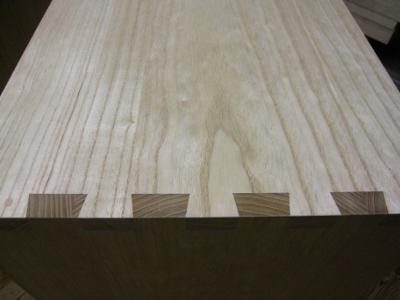 無垢の桐をアリ組で組み付けた桐箪笥の天板と胴板