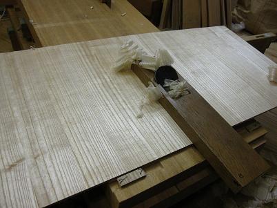 桐の板を鉋で削る