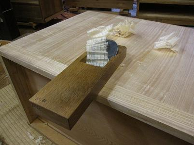 桐たんすのウラをかんなで削って仕上げる