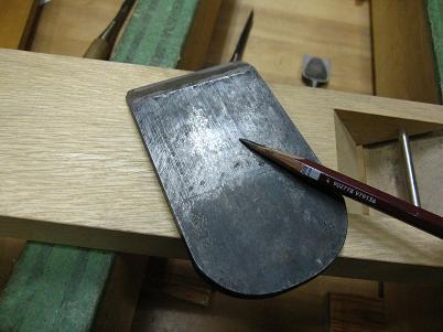 鉋刃に鉛筆を擦りつけて