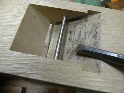 鉋台の表馴染を鑿で削る