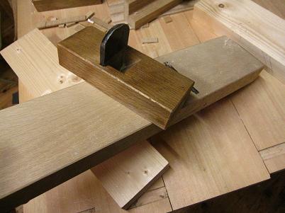 鉋台の下端を削って調整