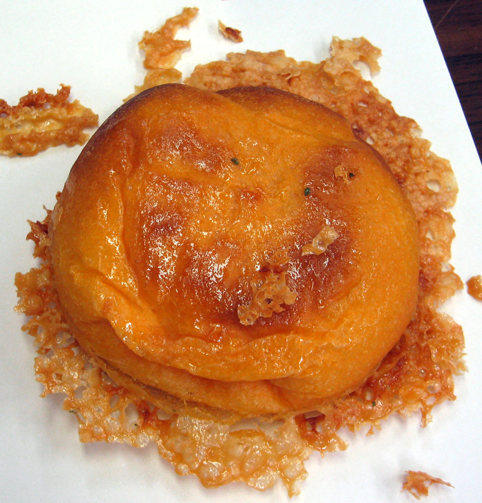 羽根付きトマトチーズパン