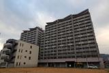 再開発ビルに囲まれた借り上げ復興住宅・フレールアスタ若松
