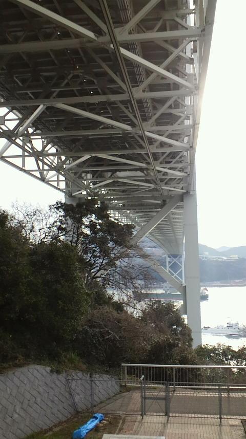 真下からの関門橋