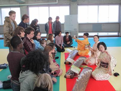 桜美林大学「留学生のための琴・三味線体験授業」