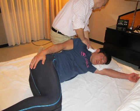 吉岡さんの首を治療
