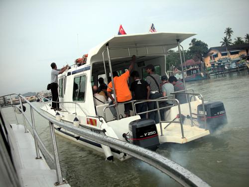 その日のボートは2艘、先発隊出発!