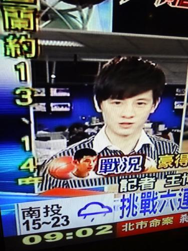 かっこいい台湾のスポーツニュースのアナウンサー