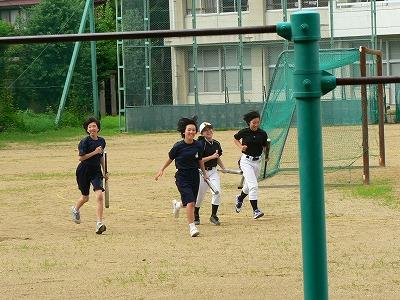 福島第2中学校校庭を走る少女たち