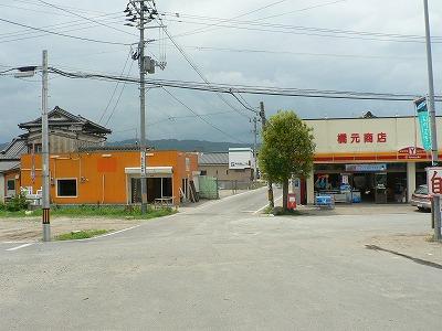山下駅前です。商店が一軒残っていました。