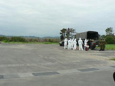 浜吉田駅に向かう車中から。防護服に身を包んだ自衛隊らしき人たちです。