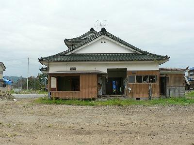 浜吉田駅に向かう車中からみた住宅です。1階部分が無い住宅が多く残っていました。