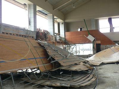 中浜小学校体育館です。床がめくりあがっていました。