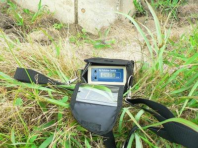校舎南の地表で測定。0.4μSV/hでした。