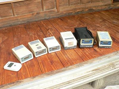 測定機器などを並べて記念写真。めずらしいです。