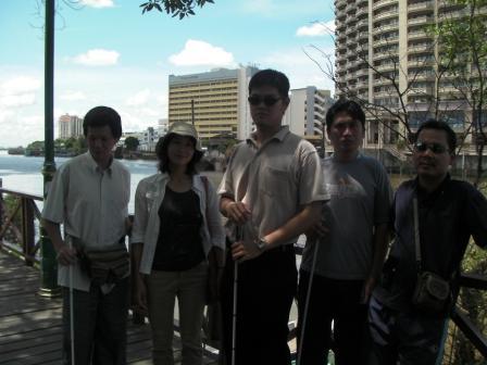 サラワク盲人協会のメンバーと散策