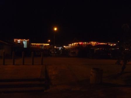 夜の家々のライトアップ