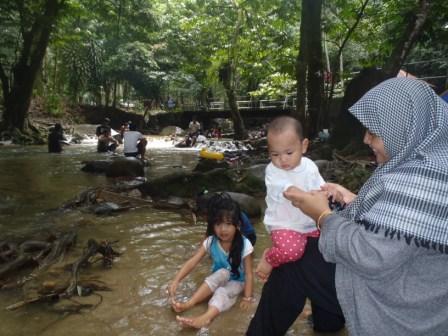 川で水浴び