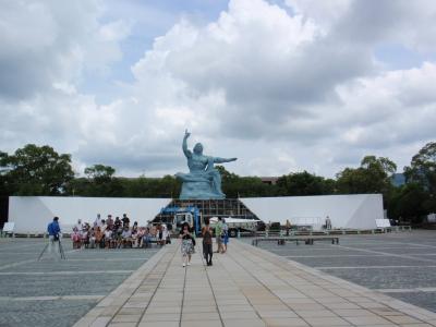 式典用に足場が組まれた平和祈念像の前