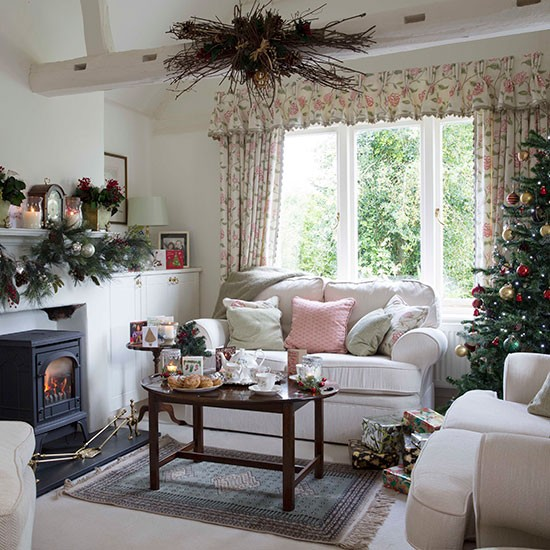 Pastels-Christmas-Living-Room-25-Beautiful-Homes-Housetohome.jpg