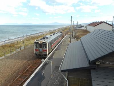 オホーツク沿岸走る釧網線列車