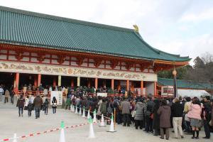 平安神宮参拝に列
