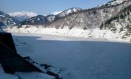 氷結した黒部湖 (黒部ダムより)