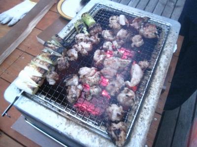 塩麹につけた鶏モモ肉の炭火焼!