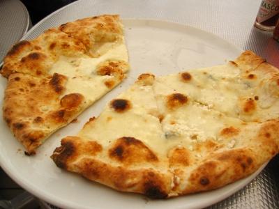 自分はクアトロフォルマッジ&ハチミツピザ。