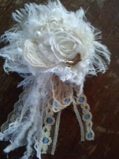 レースと毛糸のブローチ