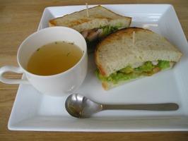 アボカドとシュリンプのサンドイッチ