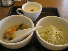 スープ、サラダ、魚介のクリーム煮込み