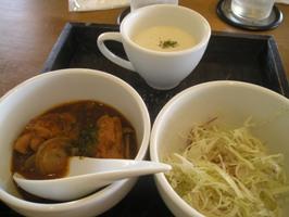 スープ、サラダ、チキンのスパイシー煮込み