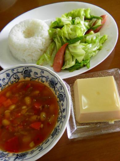 トマトスープ、卵豆腐、ウインナーとキャベツ