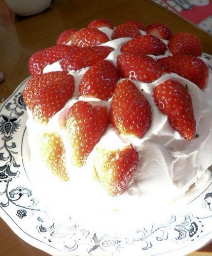 失敗スポンジでイチゴケーキ
