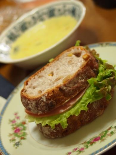 コーンスープとサンドイッチ