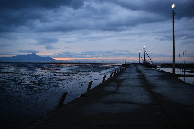 日没が迫る漁港にて