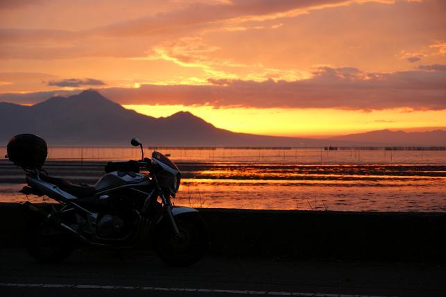 夕日の水平線に沿って