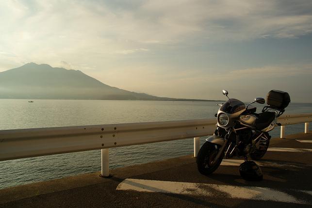 朝日に照らされる桜島とBandit