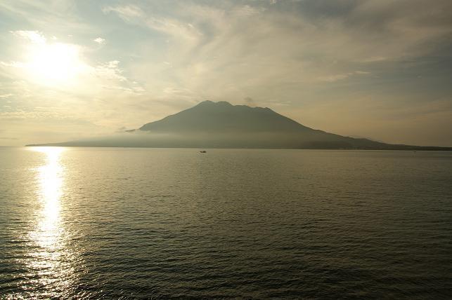 朝日に照らされる桜島