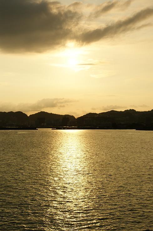 夕暮れに照らされる鹿児島市内へ