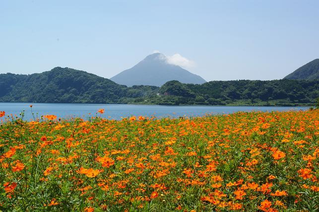 池田湖の畔から開聞岳を眺める