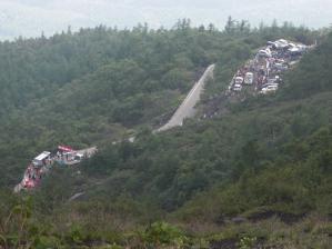 山頂コース五合目関門の佐藤小屋と五合目ゴール